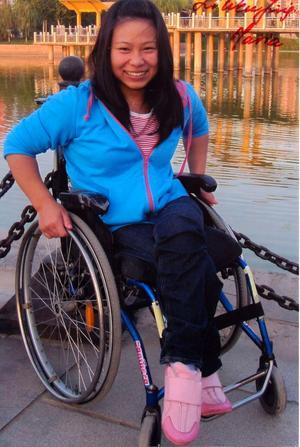 TACKSAM. Maria är den första handikappade flickan som går på den stora skolan i Kina med flera tusen elever. Tack vare den medicinska hjälp hon fått från svenskar, och genom sina besök i Sverige, har hon fått självförtroende och framtidstro. Nu hoppas att hon får hjälp till en ny operation så att hon kan börja söka ett arbete.