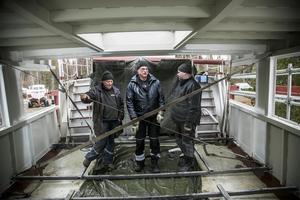 Örjan Bergqvist, Stefan Jönsson och Håkan Dahlqvist tar igen sig efter att nya solyhytten på akterdäck kommit på plats. – Pojkarna har gjort ett fantastiskt bra jobb med båten, säger Stefan, vilken under många, många år varit maskinist på Thomée.