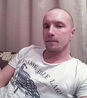 Anders Svensson softar hemma i ettan i Archangelsk. Vardagen handlar mest om träning och matcher.