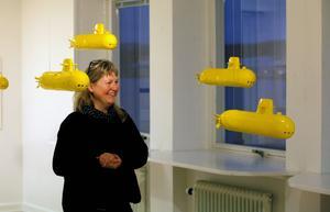 We all live in a yellow submarine. Och just nu styr en hel armada med gula båtar omkring på Härke Konstcentrum hos Anniki Andersson.
