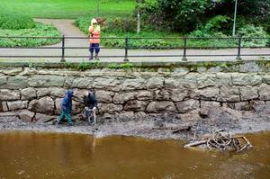 Kollades i fjol. I juni förra året sänktes Svartån för att muren skulle inspekteras. Nu ska stenarna monteras om.
