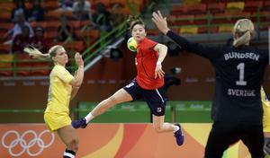 Sydkoreas Kim Ona gör mål på Johanna Bundsen.