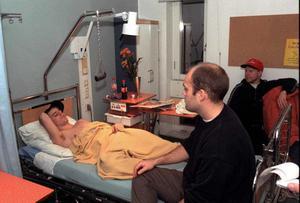 Ove Molin på sjukhuset efter sin svåra ryggskada 1995, lagkompisarna Peter Larsson och Andreas Dackell hälsar på. FOTO: LASSE HALVARSSON/ARKIV