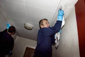 tvättar. Sef Koranic tvättar väggar och tak i trapphuset.