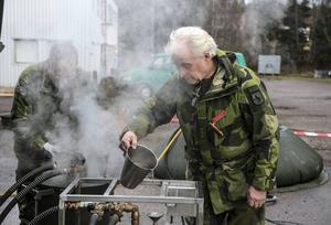 Ingemar Lönn försvarsutbildare och Sven-Olof Olofsson bataljonskvartersmästare ser till att det finns varmvatten till disken.