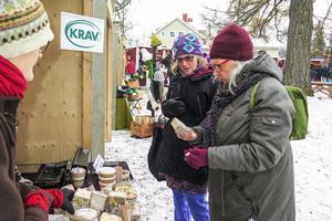Eva Sundin  och hennes dotter Birgitta köpte källarlagrad och smakrik getost av Karin Ericson.