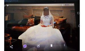 Jasmina fotograferad på festen efter att hon, mot sin egentliga vilja, gift sig med sin kusin.