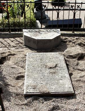 Brodins familjegrav pryddes av en välkänd staty av Ida Matton. Den föreställde en fartygsstäv där sorgens genius som en ung kvinna står med ett litet barn. Nu är stenen tom.