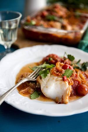 En mustig tomatsås ger massor av smak till den ugnsbakade fisken.   Foto: Christine Olsson/TT