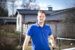 Erik Sundman trivs i sin soliga trädgård.