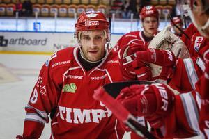 Pelle Hallin vinkar farväl till Timråfansen i kväll. Men matchen kommer han inte att tillbringa på isen utan i avbytarbåset.
