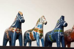 PRTROOO! Lars-Åkes dalahästsamling. En har han tuggat på som gossebarn, en har han målat som vuxen.
