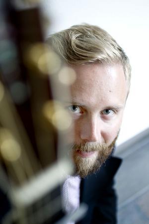 En okänd musikprofil tittar fram. Johan Örjansson från Falkenberg kan med sin senaste platta få sitt efterlängtade nationella genombrott.
