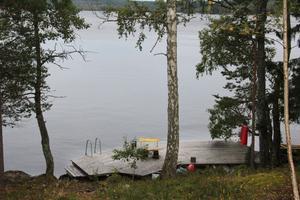 Tidigare har en båt - och badbrygga anlagts direkt nedanför den inritade byggtomten. Utsikten blir magnifik.