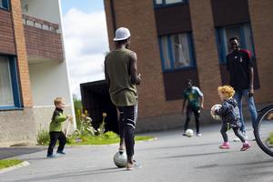 Grannbarnen Tim och Tilly villje gärna vara med och spela fotboll ute på gården.