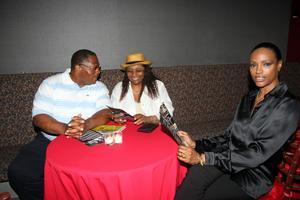 Dan Parker, Teresa Parker och Coco Mitchell vid ett av de dukbeklädda borden i VIP-minglet.