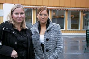 HR-chef Elin Persson för Svenska fönster och vice VD Sofie Berglén vid Alfta rehab diskuterar hur man bäst ska lägga upp rehabiliteringen för de anställda från Svenska fönster.