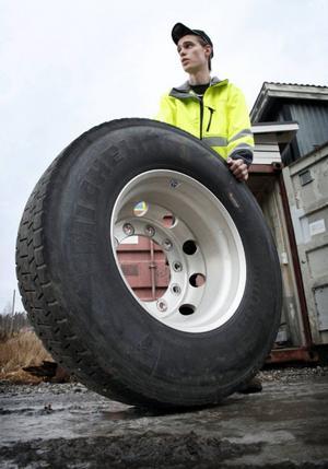 """Åkaren Erik Pettersson i Stugun, berättar att däcken blir hala av att köra på salt. """"Efter att ha kört på vägar med salt brukar jag skvätta på avfettning. Det kanske inte är så miljövänligt, men något måste jag göra"""", berättar han."""
