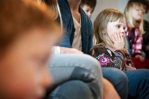 Premiärdags på sagostund för Agnes Peilot 3,5år.