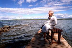 På bryggan i Dillne. Ute i viken mötte Ellen Lund, 92 år, Storsjöodjuret för 60 år sedan.