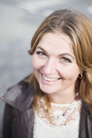 Eva-Märet Nordenberg, Böle byskola, får en fin utmärkelse för sitt företagande.