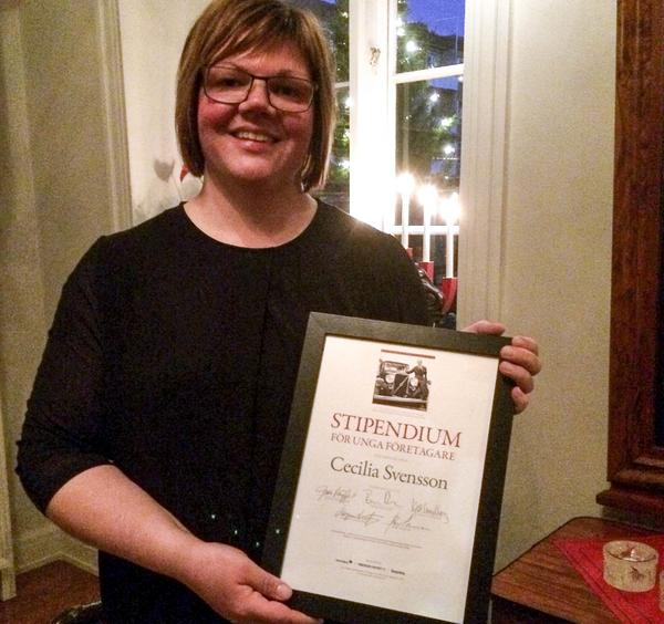 Cecilia Svensson med diplom från Sven  O Perssons fond för unga företagare.