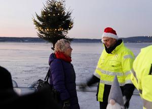 Johan Stén, vd på Deltaterminalen och kommunalråd Ewa Lindstrand (S) diskuterar kajen under den tidiga morgontimmen.