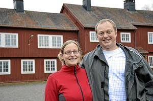 Ett perfekt läge för företagande. Felicitas Nowak och Jeroen Dekkers köpte Bångbro skola. Här ska det bli vandrarhem och turistcenter.