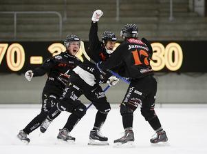 Pekka Rintala, i mitten, firar sitt 7–6-mål mot Sandviken i vad som var en av säsongens allra största skrällar i elitserien.