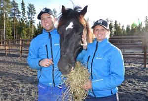 Rikard Skoglund och sambon Lina Bergström, båda 24 år, är ett ungt par som har valt att satsa på den ekonomiskt ansträngda travsporten. Båda tror på en ljus framtid, bara saker sköts rätt. De tränar 15 hästar, här syns de med Gustav E.