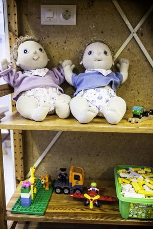 Dockor av plast har kastats bort och ersatts av nya dockor utav tyg. – Utan farliga kemikalier och så går de dessutom att tvätta.