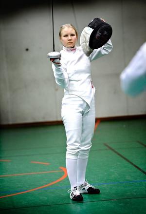 Fäktningstalangen Emma Ludén är en av alla ungdomsidrottare som nu premieras med 10 000 kronor av I 3 IF.