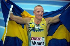 En lycklig Johan Wissman efter sitt guld i inomhus-EM.