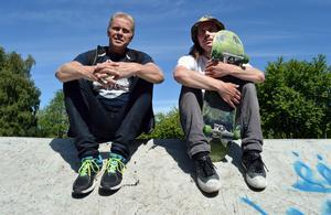 Fritidsnämndens ordförande Ola Brossberg och Sverker Persson i Föreningen All On Board är nöjda med vad de ser..