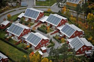 Nästa steg är att göra det lättare och mer lönsamt att ha solpaneler på sitt hus, skriver Anders Schröder.