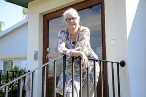 """På Äldreboendet Sollidens trappA. """"De som byggt upp samhället måste få en värdig omsorg. Det kan vi bara ge dem om vi sätter till större resurser"""", säger Gunilla Remnert. Foto: Anna Lund"""