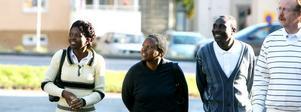 Morlen Maidze, Patricia Hove och pastor Luckson Magwizi från Mnene i Zimbabwe visas runt av kyrkoherde Lars Nilsson.