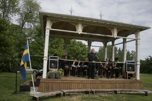 Kjell Flodin, föreningen Strömfacklan, välkomnade de många besökarna till invigningen av Björlingpaviljongen. Ströms Bruksorkester spelade.