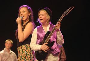 Klara Svensson och Anton Ung sjöng Abbamedley.
