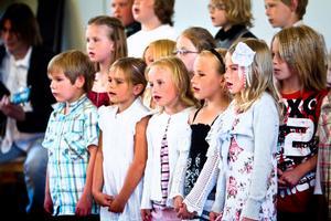Förskoleklassen, ettan och tvåan sjunger Idas sommarvisa.