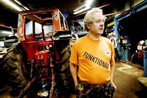TRAKTORSNACK. Roffe Liv är en av entusiasterna som kan svara på frågor om hemmabyggen när det gäller traktorer. Han hoppas att många tar med sin ögonsten till Rörberg.