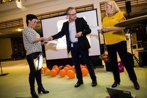Ann Bylund tilldelas pris för bästa kommunidé av kommunalstyrelseordförande Glenn Nordlund.