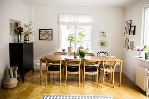 Matsalen är ett av få rum som inte är tapetserat. Johanna har samlat tapetrullar i en korg för att hålla ihop känslan i huset.