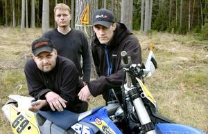 Får lov bygga bana. Thommy Råberg, Matthias Edhammer och Olle Råberg tillhör eldsjälarna som jobbar med en ny träningsslinga för skogsåkning, enduro, vid motorstadion i Hidingen.