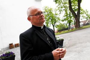 Mordet på Tova Moberg väcker känslor och tankar. Därför ska kyrkan vara öppen förklarar prästen Erik Tanzborn.