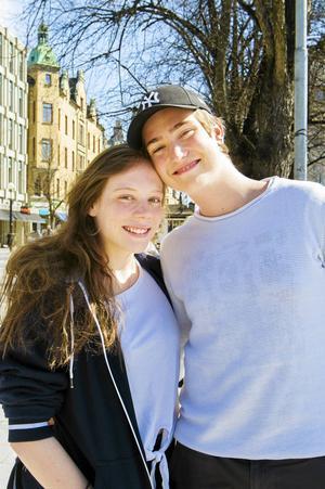 Malin Johansson, 19, studerande, Timrå och Oliver Turesson, 18, studerande, Matfors.   – Vi träffades på en fest för 1,5 år sedan. Om Facebook inför en dejtingtjänst tror jag det blir ungefär som Tinder och det tror jag inte leder till så mycket, säger Oliver.