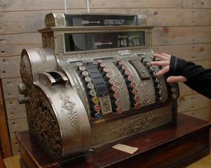 En gammal, stor  och vacker kassaapparat.