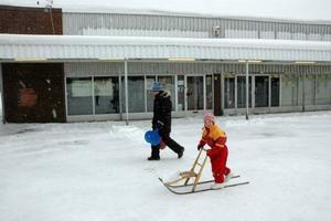 POSITIVT. Camilla Frost och dottern Joline, 5 år, ser fram emot ytterligare en affär vid Söderfors centrum.Foto: Conny Svensson