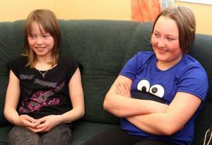"""Gunnel Sundvik, 10, och Mikaela Frimert, 11, tycker att Valsjöbyns skola är mysig. """"Här får vi också snabbt hjälp"""", säger de."""
