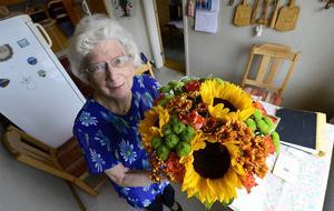 Orvokki betyder pensé på finska och ett blomnamn är ju passande när man uppvaktas med Buketten. Hennes väninna, Anna-Greta Löfroth, tycker att hon är värd uppskattningen för sitt engagemang att skriva gratulations- och julkort till nära och kära.
